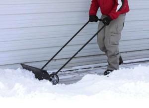скребок для снега на колесах